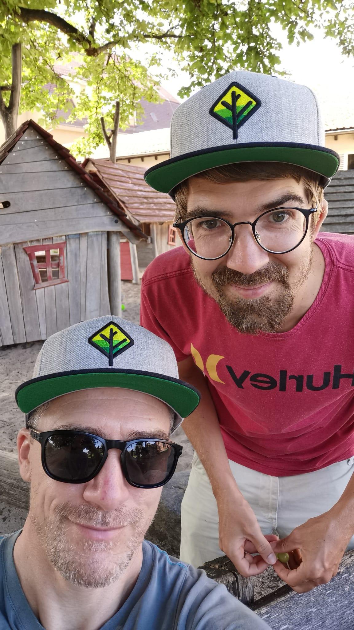 Zwei-Jungs-mit-Cap-Wald-Schuetzen