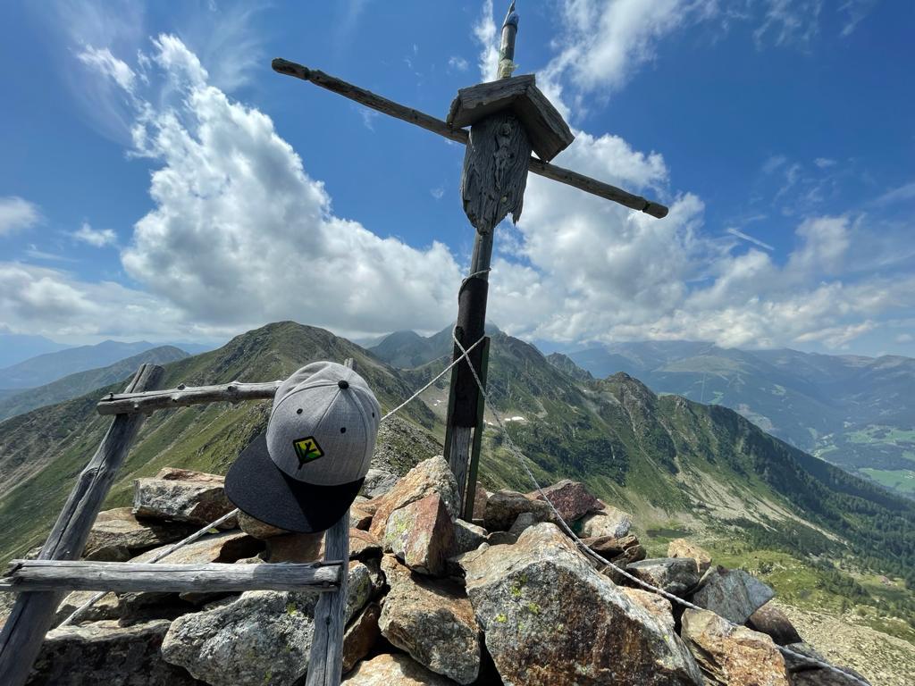 Caps-auf-Wanderung-Kipfelkreuz